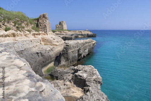 Deurstickers Kust Costa di Roca vecchia con antica torre sullo sfondo