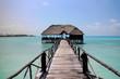 Paradiesischer Steg auf türkisblauem Wasser