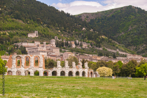 Staande foto Oude gebouw Roman theater of the first century BC and Gubbio town