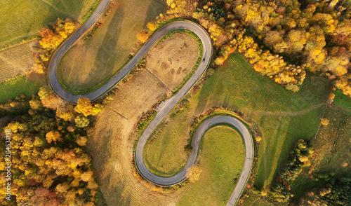 antena-krajobraz-wietrzna-droga-w-jesieni-scenerii