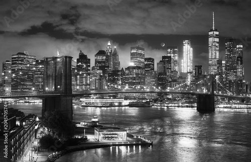 Montage in der Fensternische Brooklyn Bridge Black and white picture of the Brooklyn Bridge and Manhattan seen from Dumbo at night, New York City, USA.