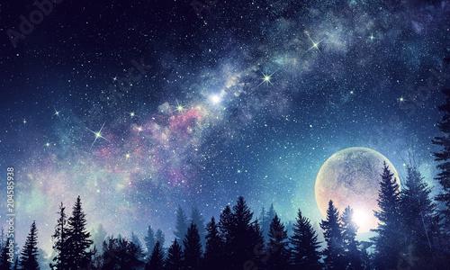 Księżyc w pełni w nocne gwiaździste niebo