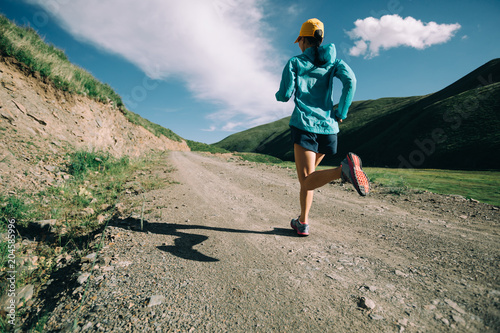 Papiers peints Voile Young woman running on trail