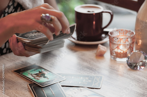 Photo  Woman is reading Tarot cards in cafe