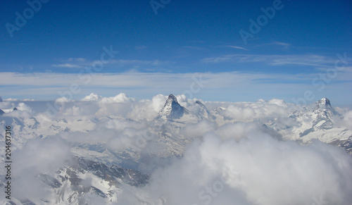 Papiers peints Arctique panorama view of the Matterhorn and surrounding mountains on a beautiful winter day above a sea of clouds