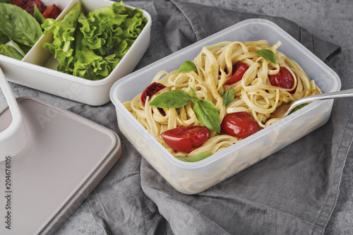 Poster Eten Pasta with roasted tomatoes and basil in lunchbox