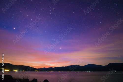 Fotografia  Majestic colorful sunset silhouette mountain with lake