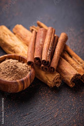 Photographie Ceylon cinnamon and cassia, sticks and powder