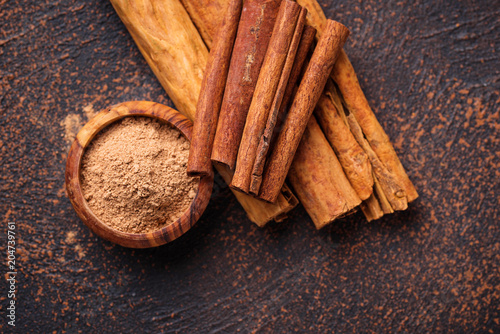 Fotografia Ceylon cinnamon and cassia, sticks and powder