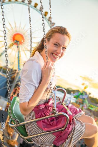 Plakát  Junge hübsche Frau Mädchen im Dirndl Kleid hat Spass auf dem Oktoberfest Frühlin