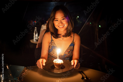 Photo  Young woman celebrating her birthday at a dinner in a nice restaurant