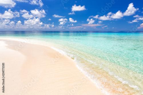 Staande foto Strand Beautiful ocean beach on Maldives