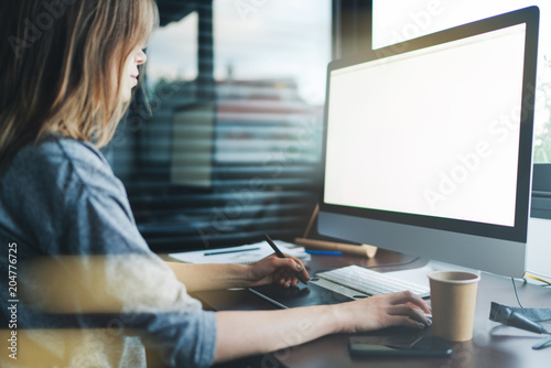 Photo  Croped shot of female graphic designer using modern computer with copy space area for advertising text message