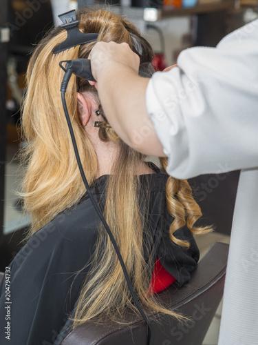 coiffeur/femme entrain de se faire coiffer Wallpaper Mural