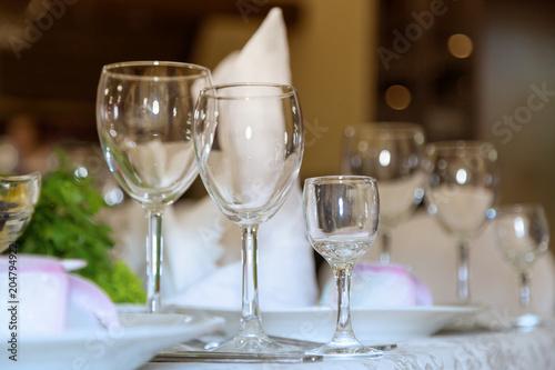 Три бокала. Банкет, столы, цветы, бокалы, тарелки.