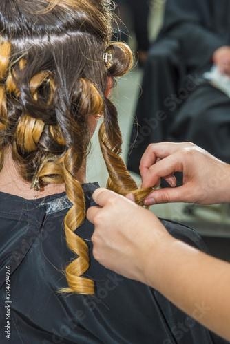 Photo coiffeur/femme entrain de faire coiffer