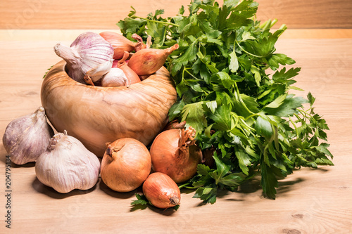 Foto op Canvas Aromatische garlic onion shallot parsley with pestle and olive wood mortar