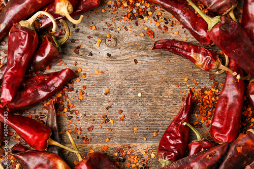 Papiers peints Hot chili Peppers Dry chili peppers and powder on wooden background