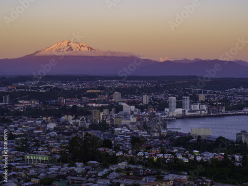 Panoramic photo of the city of Puerto Montt at sunset, with a view of the Calbuco volcano