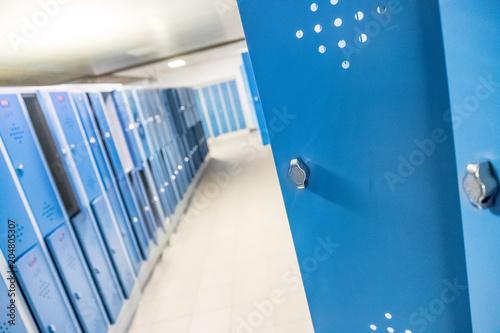 Fotografie, Obraz  Blaue Spinde in der Schule, Umkleide