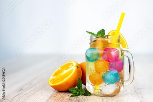 Fotografie, Obraz  Orzeźwiający napój z kostkami lodu, miętą i pomarańczą