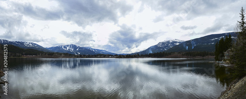 In de dag Kamperen Beautiful mountains view over calm lake and sky reflecting in water, calm vibrant landscape.
