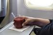 Glas mit Tomatensaft an Bord eines Flugzeugs