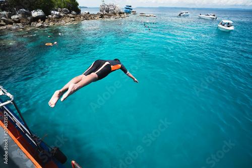 La pose en embrasure Lieu connus d Asie Jumping into the ocean