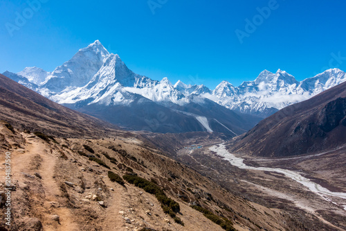 Photo  Ama Dablam mountain range, way from Dingboche to Lobuche, Everest base camp trek