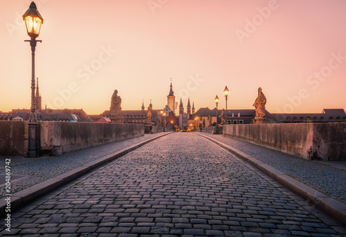 Cadres-photo bureau Brun profond Scenic sunrise morning view of the Old Main Bridge over the Main river in the Old Town of Wurzburg, Bavaria, Germany - part of the Romantic Road