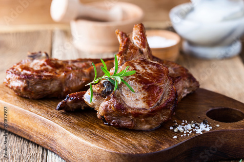 Fotografia Roasted veal chops with herbs