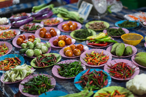 In de dag Asia land Vegetables, spices, roots and herbs on the counter, the local market in Thailand