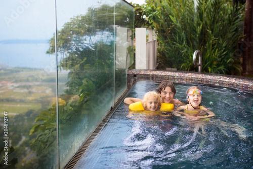 Papiers peints Lieu connus d Asie Kids swim in Singapore roof top swimming pool