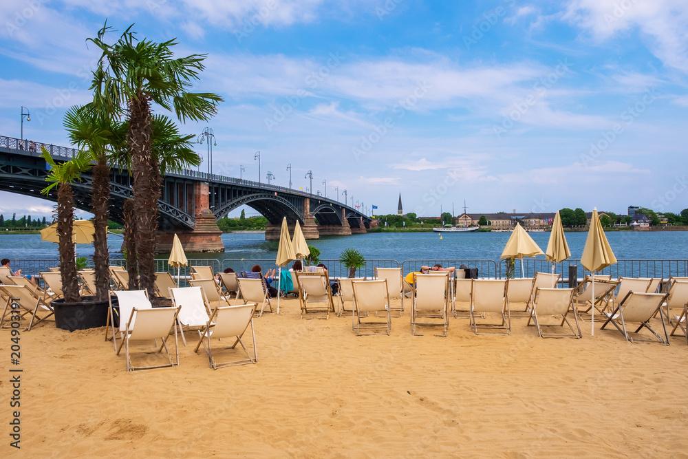 Strandbar in Mainz am Rhein mit der Theodor-Heuss-Brücke im Hintergrund