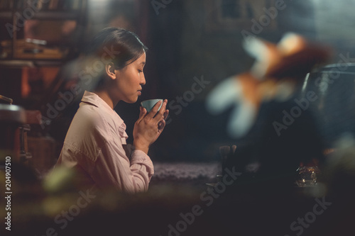 Photo  Young asian girl at a tea ceremony