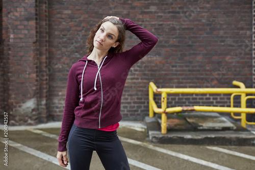 Weiblicher Jogger dehnt den Nacken