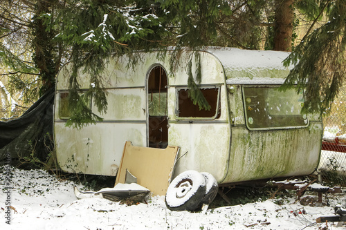 Valokuva  Alter schmutziger Wohnwagen im Schnee