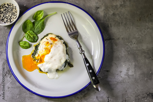 Valokuva Florentine eggs with pureed spinach