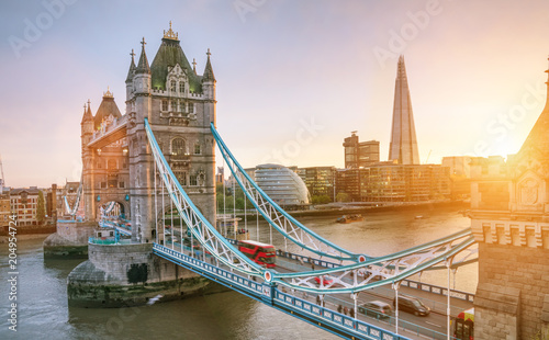 Montage in der Fensternische London The london Tower bridge at sunrise