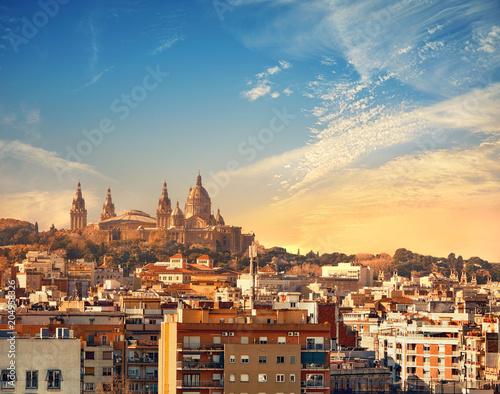 Plakat Barcelona skyline z Muzeum Narodowym (Museu Nacional d'Art de Catalunya) na zachód słońca