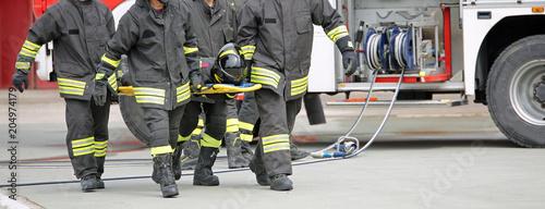 Papiers peints Secheresse firefighters carry an injured person