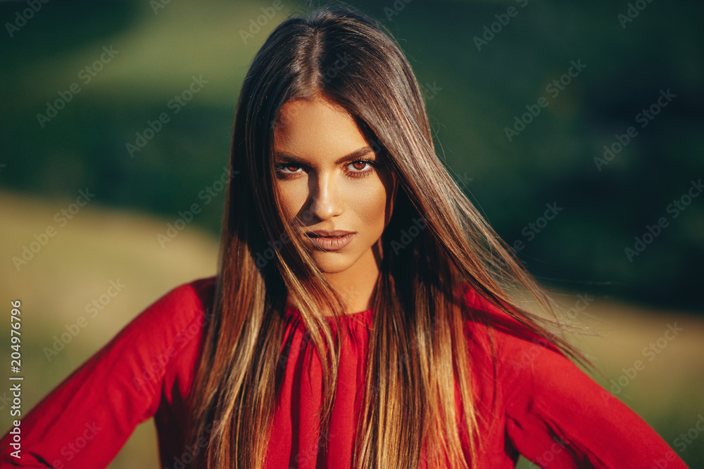 Photo  Portrait of a beautiful young woman in nature