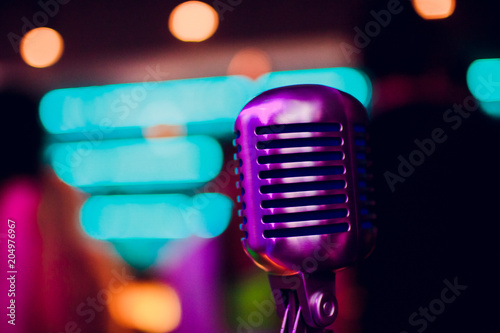 Fotografia  microphone on stand up comedy stage with reflectors ray, high contrast image