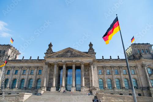 Zdjęcie XXL Niemieckie flagi na wietrze w słynnym budynku Reichstagu, siedziba niemieckiego parlamentu (Deutscher Bundestag), w słoneczny dzień z błękitne niebo i chmury, centralny berliński dzielnicy Mitte, Niemcy