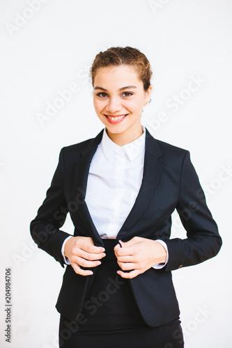 Fotografia  Hübsche erfolgreiche Geschäftsfrau lacht in die Kamera während sie sich den Blaz