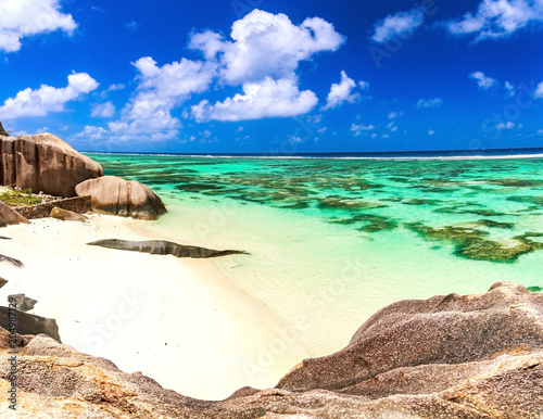 Foto op Canvas Eiland Beautiful coastline on the island of Seychelles. Blue ocean wter, white sand, empty beach.