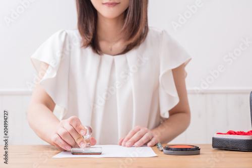 Fotografering  印鑑をつく女性