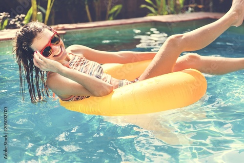 Poster Vissen Girl cooling down in a swimming pool
