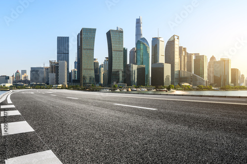 Photo  empty asphalt road and city skyline in shanghai at sunset