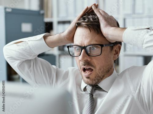 Photo  Panicking businessman receiving bad news